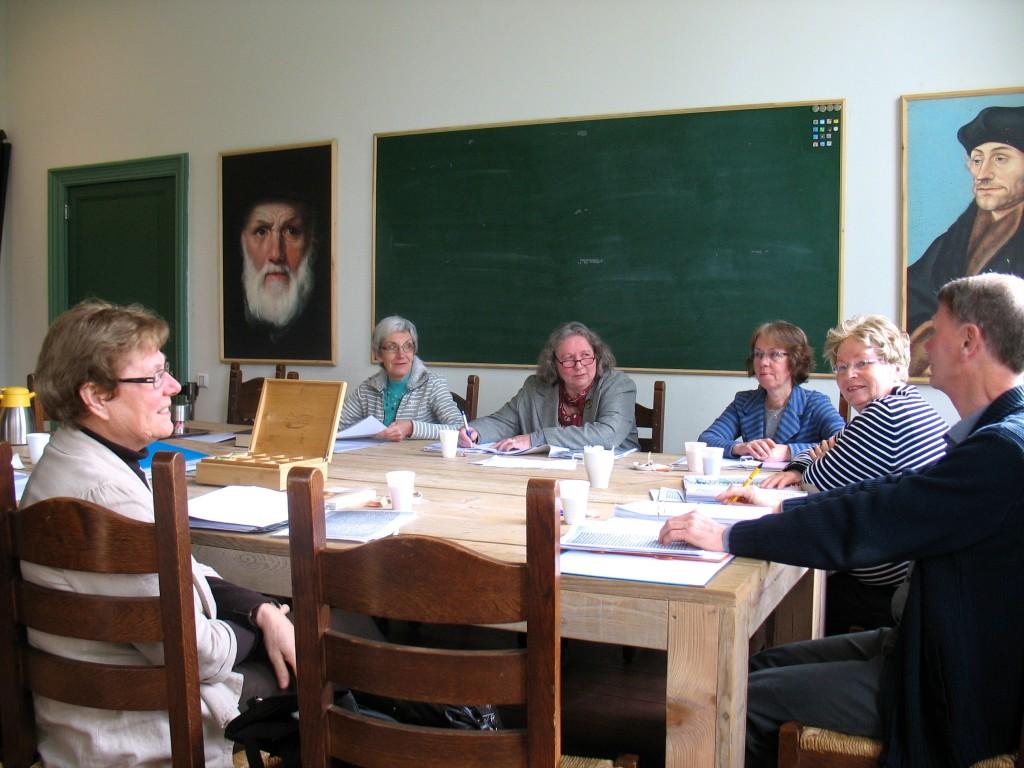Werkgroep bijeen in de schoolmeesterswoning bij de Jeruzalemkapel in Gouda, februari 2014. Toen nog met Dorien Pors, die in datzelfde jaar helaas is overleden.