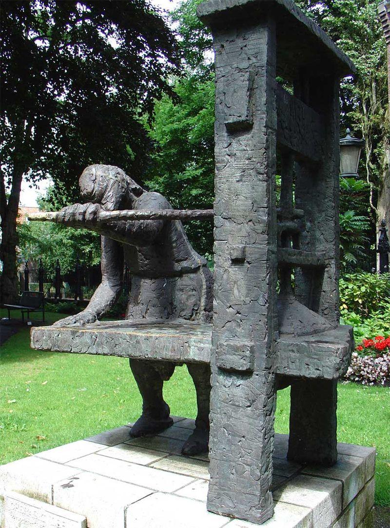 Beeld van Gheraert Leeu in het Willem Vroesenpark bij de Sint-Janskerk in Gouda gemaakt door Roel Bendijk