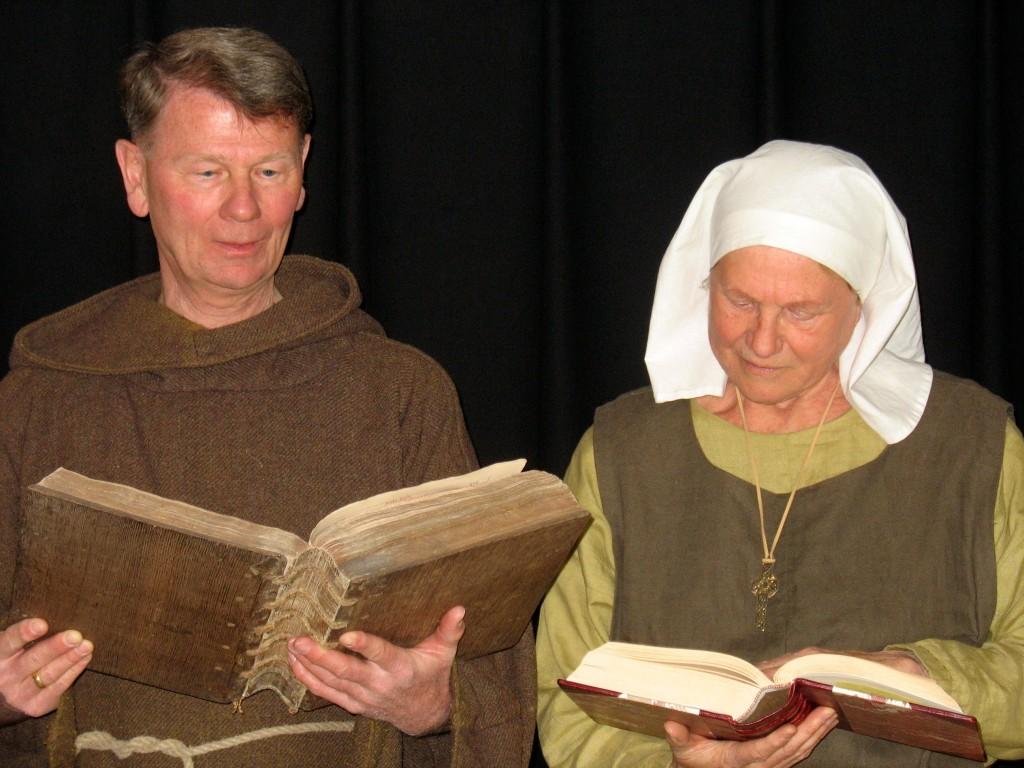 Zuster Hillegonda en broeder Cornelius tijdens het voorlezen van enkele fabels in het kader van de tentoonstelling Uitgelezen, 25 april 2015.